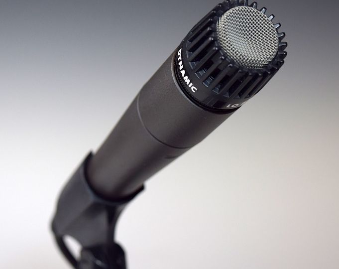 microfone com referência à deficiência da gravação